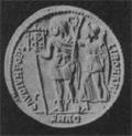 """Medaglione di Costante, figlio di Costantino il Grande, che regge il labaro col Cristogramma """"XP""""."""