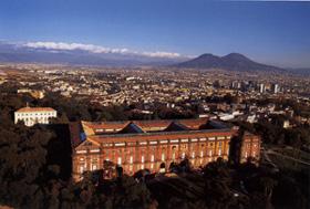 Le Palais Royal de Capodimonte avec en arrière plan la ville de Naples