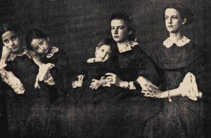Dans la photographie de Bermoud, prise visiblement peu de temps après la mort du Roi, Marie Sophie (la deuxième à droite) est avec les filles de Ferdinand II