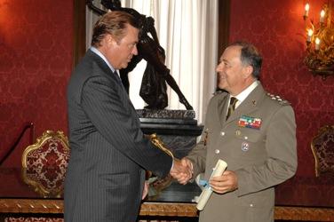 Général du corps d'armée Aldo Cinelli a été nommé et investi Chevalier de la Grande Croix du Mérite