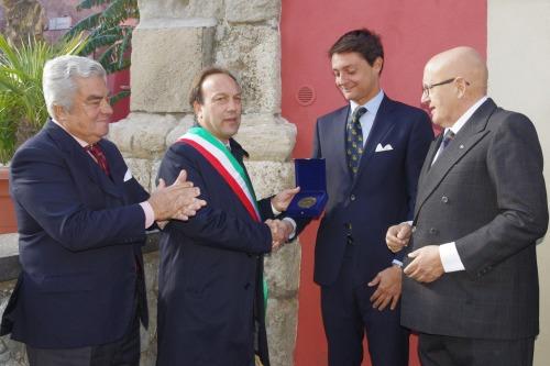 6) il B.ne Ettore beneventano del Bosco consegna la medaglia della delegazione Sicilia al sindaco