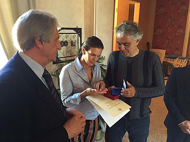 Forte dei marmi lucca 20 aprile 2015 consegna medaglia d oro al maestro andrea bocelli - Bagno bocelli forte dei marmi ...