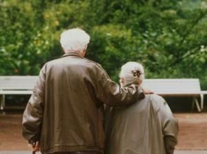 Anziani_di_spalle