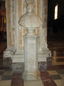 Busto di Pio IX all'interno del Duomo acese