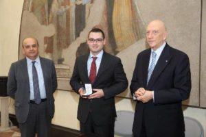 Delegato Vicario ha pregato il Sindaco di Piacenza di affiancarlo nella consegna della medaglia di benemerenza in bronzo dell'Ordine Costantiniano al giovane volontario Stefano Pancini per i meriti acquisiti a favore dell'Ordine.
