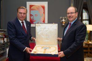 S.A.S. le Prince Albert II, Prince Souverain de Monaco reçoit de main de S.A.R. le Prince Charles de Bourbon des Deux Siciles, Duc de Castro le collier de l'Ordre Sacré et Militaire Constantinien de Saint Georges