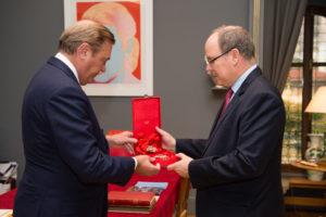 S.A.S. le Prince Albert II, Prince Souverain de Monaco reçoit de main de S.A.R. le Prince Charles de Bourbon des Deux Siciles, Duc de Castro la décoration de l' Illustre Ordre Royal de Saint-Janvier