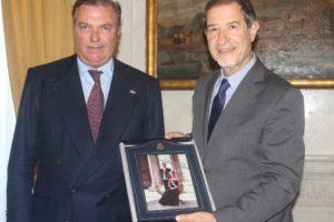 Incontro Principe Carlo di Borbone delle Due Sicilie con On. Sebastiano Musumeci Presidente della Regione Siciliana e consegna dono