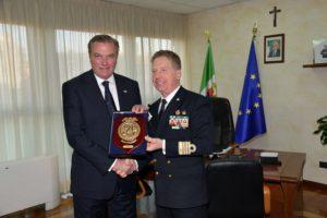 Scambio di doni tra S.A.R. il Duca di Castro e il Capitano di Vascello Filippo Marini